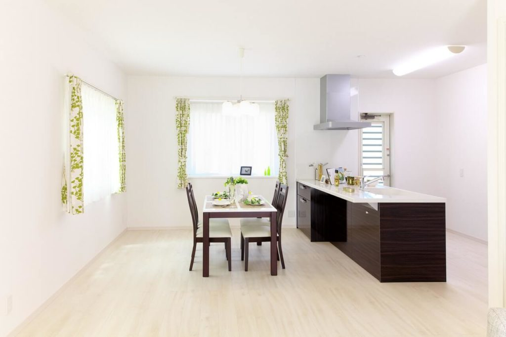 white is the ultimate choice for walls of such a kitchen
